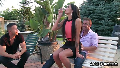 Sex-crazed model Loren Minardi gets double penetrated be advantageous to the first time